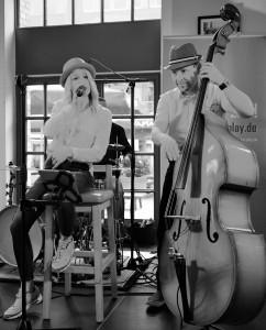 Musiker beim Singen und mit Kontrabass