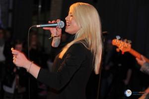 Sängerin beim Auftritt