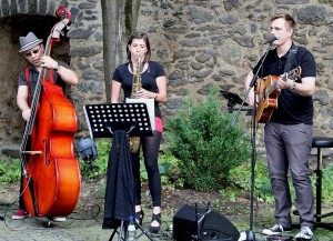 Live-Auftritt mit Instrumenten im Freien