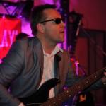 Bandmitglied mit Kontrabass beim Live-Auftritt